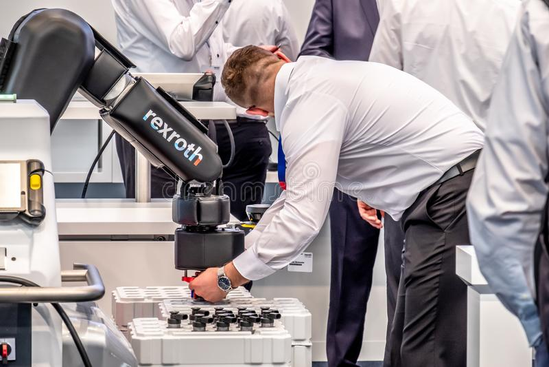 Hannover Tyskland - April 02 2019: Bosch Rexroth visar deras cobotinnovation p? Hannoveren Messe fotografering för bildbyråer