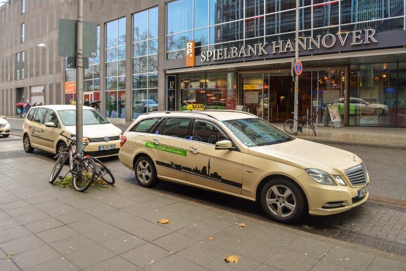 Hannover Tyskland 20 november 2017 Gatorna av Hannover Spielbank Hannover kontor Taxibil i förgrunden royaltyfria bilder
