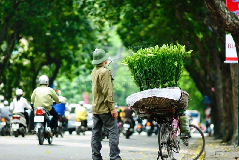 HANOÏ -24th en avril 2013, vendeur de fleur non identifié dans une rue à Hanoï Vietnam C'est une tradition spécifique à Hanoï images stock