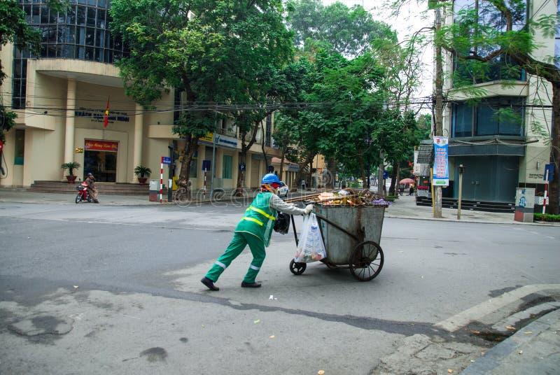 HANOÏ, VIETNAM - 3ème Febnuary, 2014 : Travailleurs rassemblant des déchets sur les rues de Hanoï, Vietnam photo libre de droits
