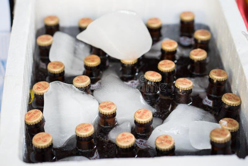 Hanoï, Vietnam - 24 avril 2016 : Bouteilles de bière de Hanoï dans la glacière froide dans la rue La bière de Hanoï est une marqu photos stock