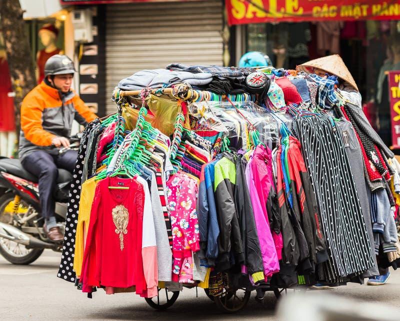 HANOÏ, VIETNAM - 16 DÉCEMBRE 2016 : Un chariot avec des choses sur une rue de ville Vente des choses Plan rapproché photographie stock