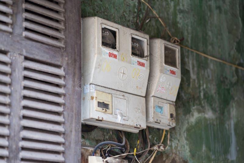Hanoï, Vietnam - 28 février 2016 : Mètres électriques accrochant sur le mur d'une maison à Hanoï L'approvisionnement électrique e photos libres de droits