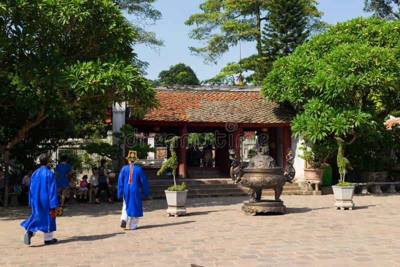Hanoï, Vietnam - 24 juillet 2016 : Porte de Dai Thanh à la cinquième cour dans le temple de la littérature avec des personnes por photographie stock libre de droits