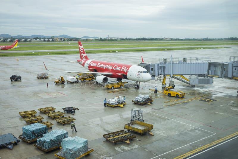 Hanoï, Vietnam - 26 juin 2015 : Noi Bai International Airport Un plan des lignes aériennes d'Air Asia étant préparées pour le vol images stock