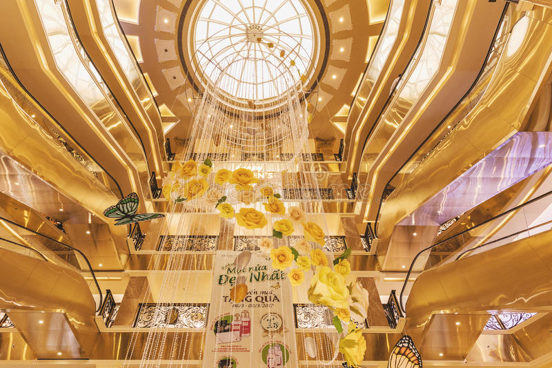 HANOÏ, VIETNAM - 8 MARS 2017 L'intérieur d'un centre commercial de luxe Trang Tien Plaza image libre de droits