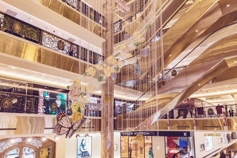 HANOÏ, VIETNAM - 8 MARS 2017 L'intérieur d'un centre commercial de luxe Trang Tien Plaza photos libres de droits
