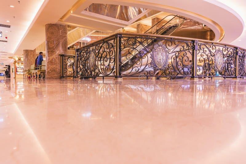 HANOÏ, VIETNAM - 8 MARS 2017 L'intérieur d'un centre commercial de luxe Trang Tien Plaza images stock