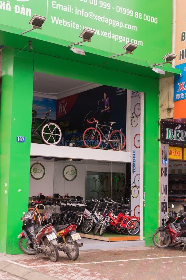 Hanoï, Vietnam - 15 mars 2015 : Vue de face extérieure de magasin de cycles dans la rue de Xa Dan, Hanoï photos libres de droits