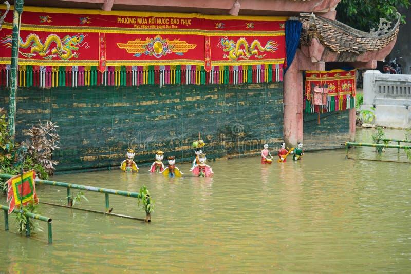Hanoï, Vietnam - 20 septembre 2015 : État vietnamien commun de fabrication de marionnettes de l'eau en village de Dao Thuc photo libre de droits