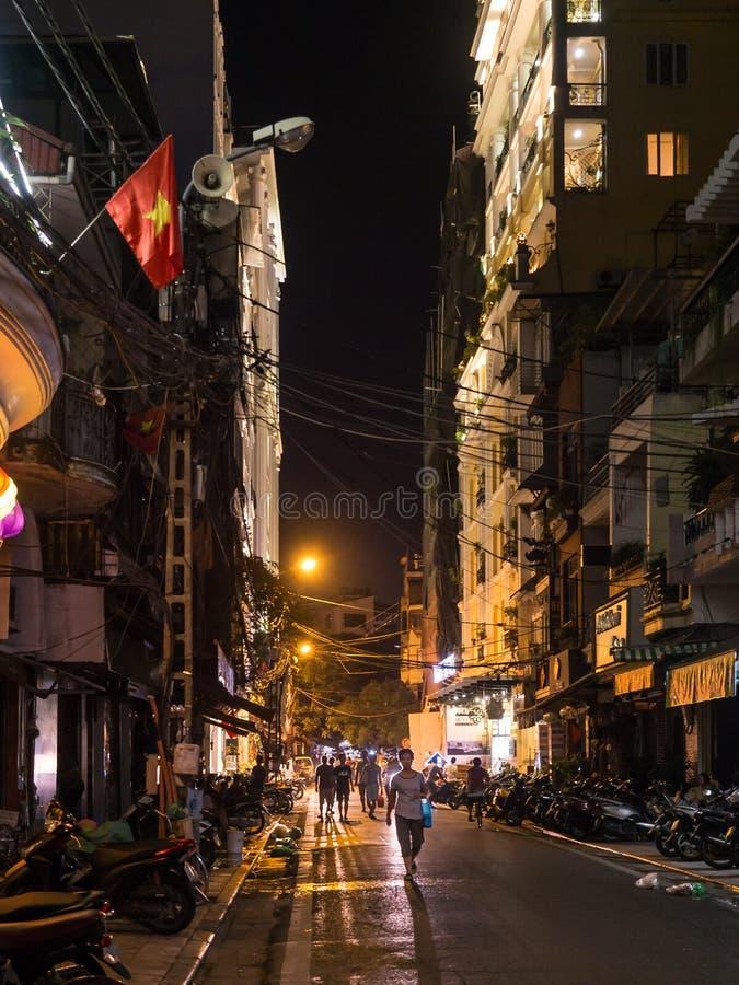 Hanoi gata på natten arkivfoto