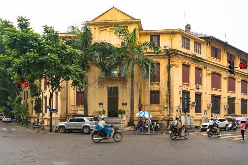 Hanoi litet Frankrike område med historisk arkitektur och lokal trafik arkivfoto