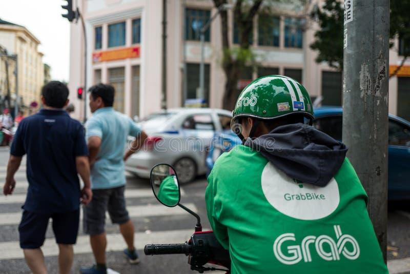 Hanoi, Vietnam - April 15, 2018: De greepbestuurder wacht op Cliënten op de straten van Hanoi royalty-vrije stock fotografie