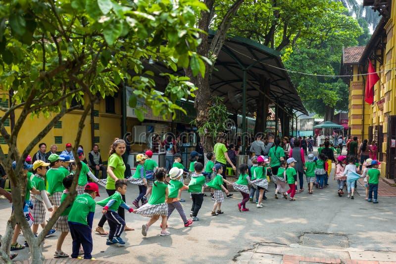 Hanoi, Vietnam - April 14, 2018: De jonge studenten spelen op het gebied van de Ho-chi Minh Museum in Hanoi, Vietnam royalty-vrije stock foto's