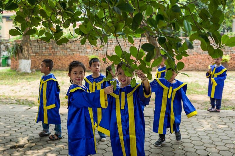 Hanoi, Vietnam - April 14, 2018: De jonge studenten spelen op het gebied van de Ho-chi Minh Museum in Hanoi, Vietnam royalty-vrije stock afbeeldingen
