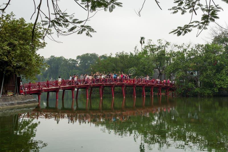 Hanoi, Vietnam - April 13, 2018: De mensen juichen op Cau de rode brug van Huc in Hanoi, Vietnam toe stock foto's