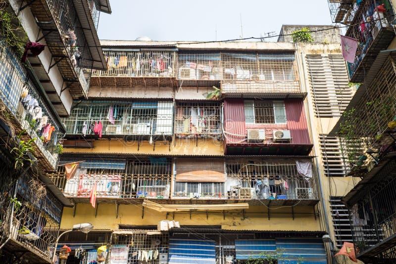 Hanoi Vietnam - April 24, 2016: Gammal smutsig lägenhet för dåligt villkor i den Chua Boc gatan, Hanoi royaltyfria foton