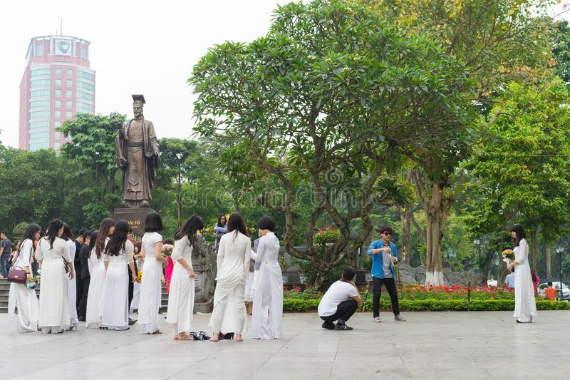 Hanoi, Vietnam - 5. April 2015: Gruppe Studenten im vietnamesischen Trachtenkleid AO Dai, das Foto für Gedächtnis in LY thailändi lizenzfreie stockbilder