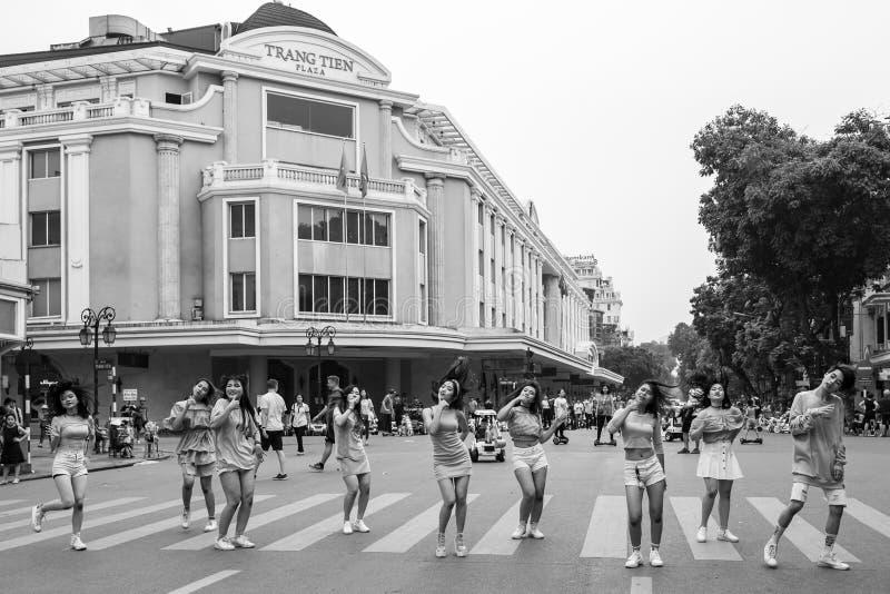 Hanoi, Vietnam - 13. April 2018: Mädchengruppe perfomrs in Verkehr-beruhigtem Bereich von Hanoi stockfoto