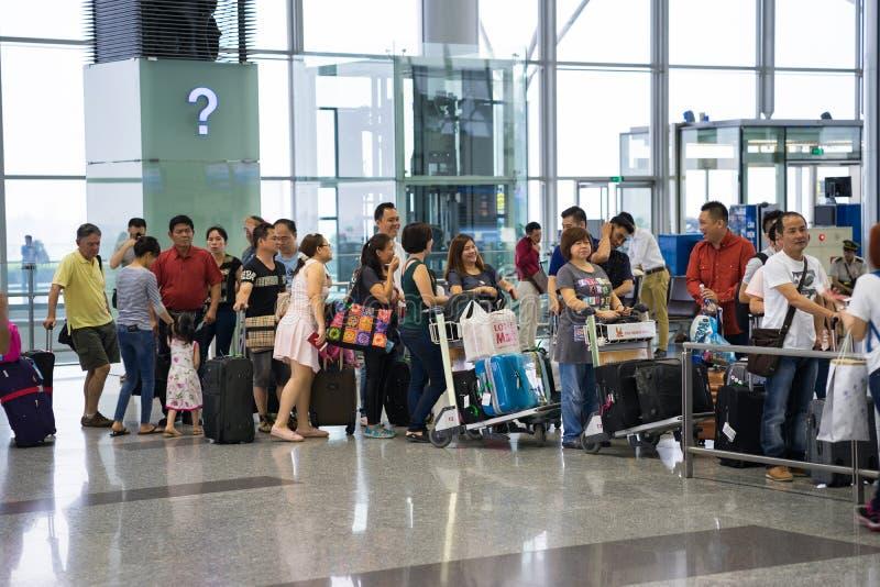 Hanoi, Vietnam - 29 April, 2016: Rij van de passagiers van Azië in lijn bij het inschepen van poort bij de internationale luchtha royalty-vrije stock fotografie