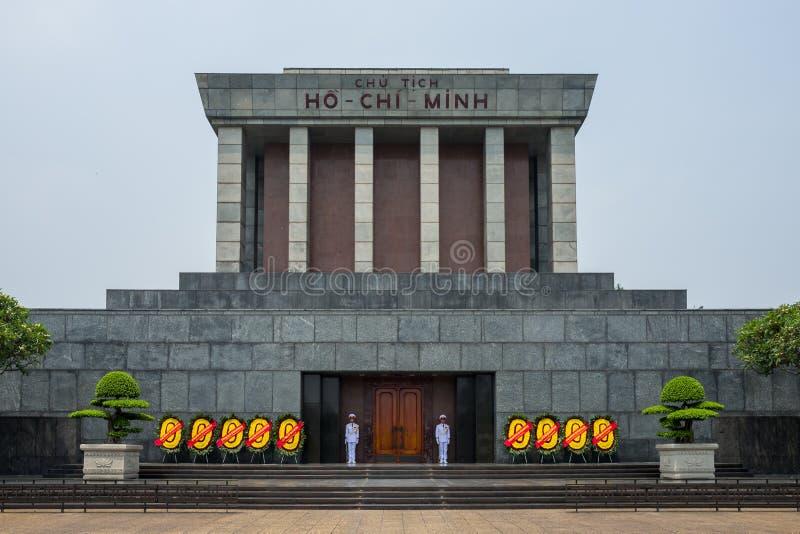 Hanoi, Vietnam - April 18, 2018: Wachten die zich voor Ho Chi Minh Mausuleum in Hanoi, Vietnam bevinden stock foto's
