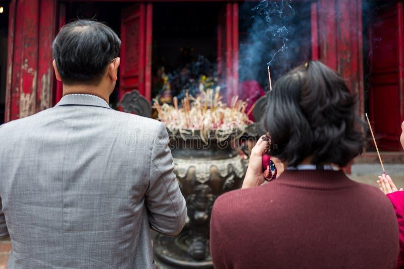 Hanoi, Vietnam - 16 aprile 2018: La gente asiatica prega al tempio di Van Mieu Mon a Hanoi immagini stock