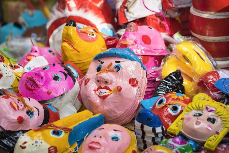 Hanoi, Vietnam - 30 Augustus, 2015: Stuk speelgoed maskers voor verkoop op Hang Ma-straat De straat is overvol en bezig vóór de V royalty-vrije stock foto