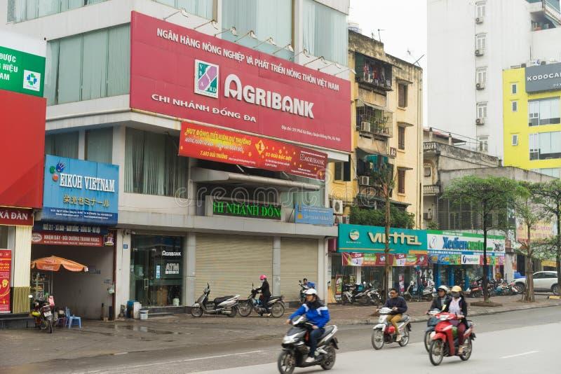Hanoi, Vietnam - breng 15, 2015 in de war: Buitenmening van Agribank-bureau in de straat van Xa Dan Agribank is de grootste bank  stock afbeelding