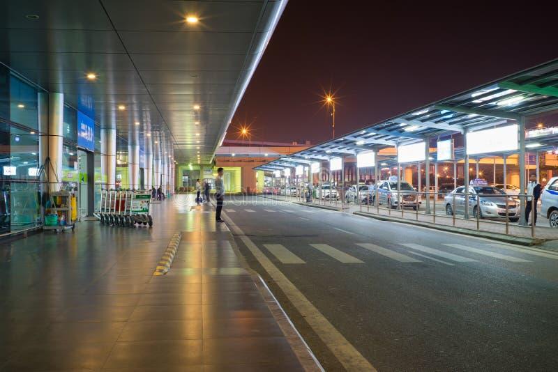 Hanoi, Vietnam - breng 26, 2016 in de war: Nachtmening van het gebied van de passagiersbestelwagen in T1 Internationale Terminal, royalty-vrije stock fotografie