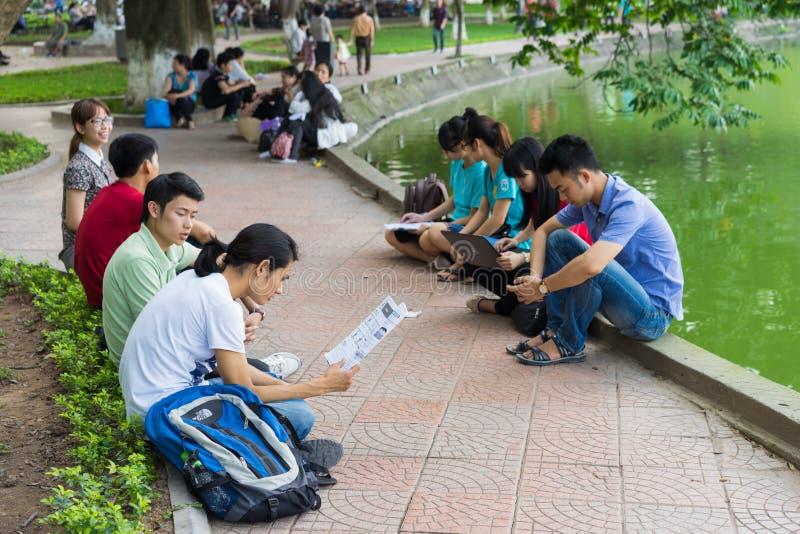 Hanoi, Vietnam - 5 de abril de 2015: El grupo de estudiantes aprende inglés en el lago Hoan Kiem, centro de Hanoi fotos de archivo libres de regalías