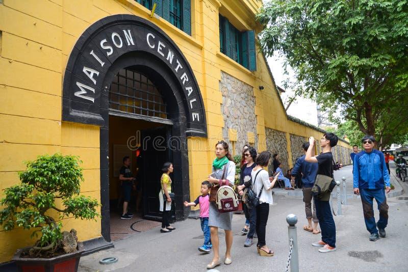 Hanoi, Vietnam - 20 de febrero de 2017: Turístico visitando al CEN de Maison fotos de archivo