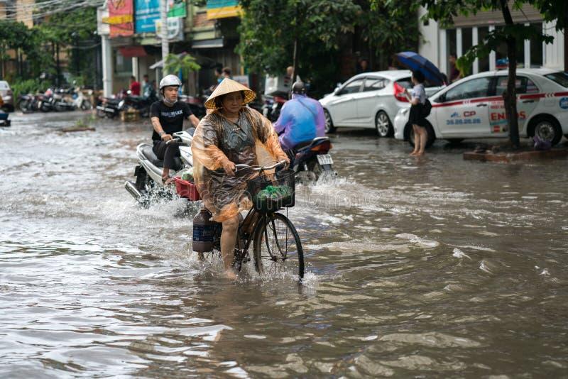 Hanoi, Vietnam - 17 de julio de 2017: Calle inundada de Minh Khai después de fuertes lluvias con un agua profunda de ciclo de la  foto de archivo libre de regalías