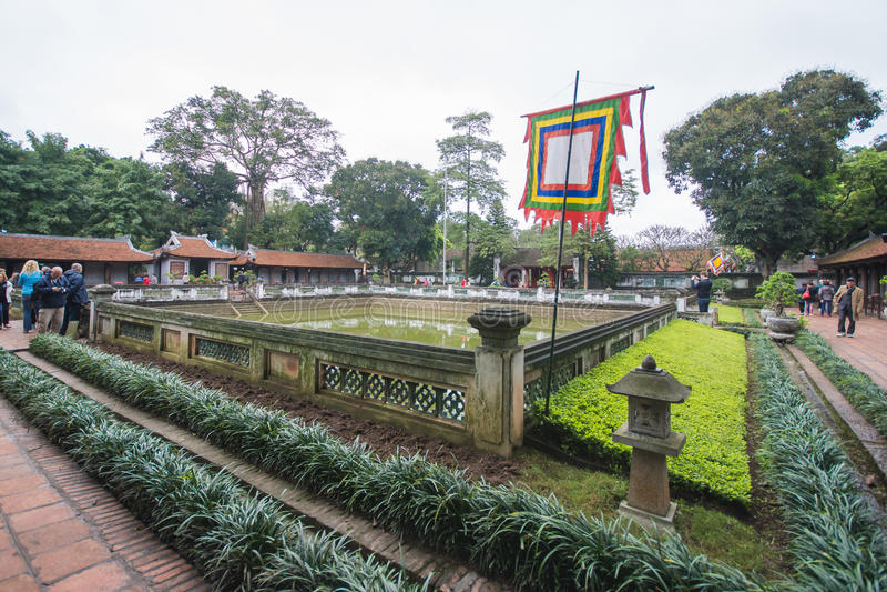 Hanoi, Vietnam 12 de marzo:: Van Mieu o el templo de la literatura es Coll fotos de archivo