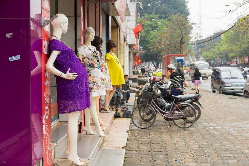 Hanoi, Vietnam - 15 de marzo de 2015: Vista exterior de la pequeña tienda de la moda en la calle de Chua Boc Hay mucha ropa de di fotos de archivo