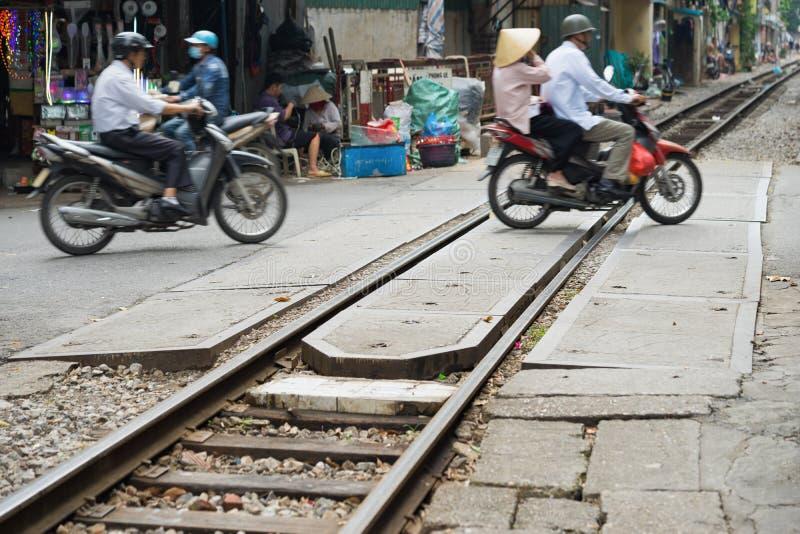 Hanoi, Vietnam - 8 de noviembre de 2015: El carril ferroviario de la travesía de la calle en la calle de Hanoi imagen de archivo