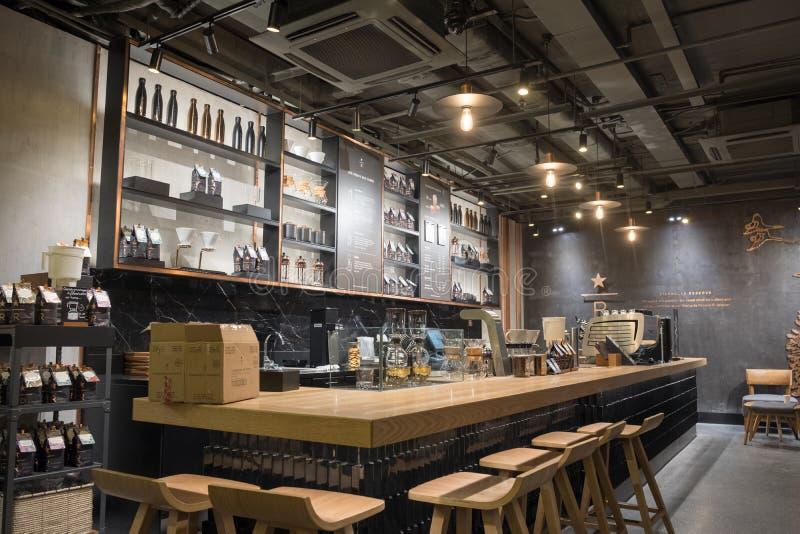 Hanoi, Vietnam - 17 de septiembre de 2017: Negro interior de la cafetería de Starbucks y marrón del estilo retro de madera fotos de archivo