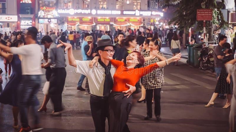 Hanoi, Vietnam - 3 dicembre 2016: Paia della via che ballano a Hanoi Ballo vietnamita della donna e dell'uomo e rallegrarsi molto fotografie stock