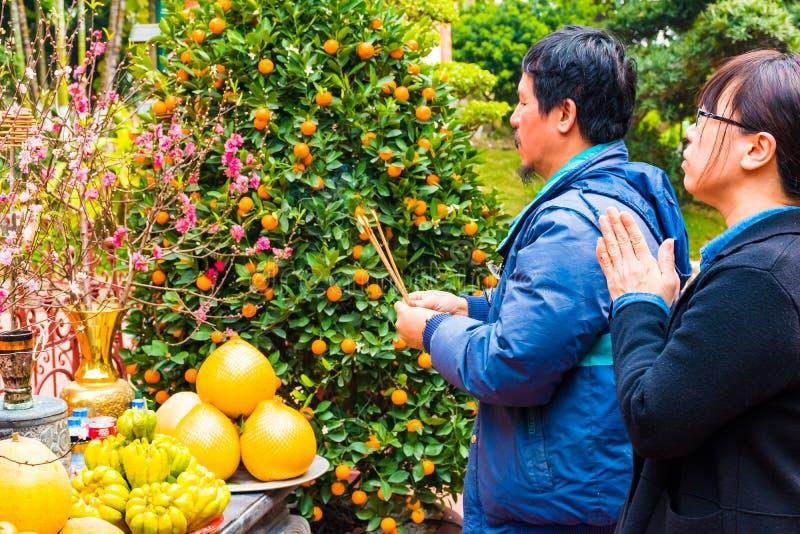 Hanoi, Vietnam - 13. Februar 2018: Asiatische Leute, die am Tempel in Hanoi beten lizenzfreies stockfoto