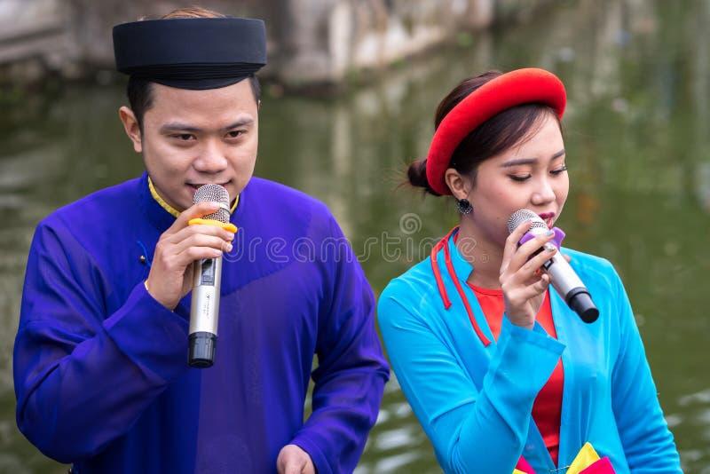 Hanoi, Vietnam - 9. Februar 2017: Folk-Sänger, die Bac Ninh-Duos, Völker singen auf dem Boot in La Phu-Dorf, Hoai Duc singen Inta lizenzfreie stockbilder