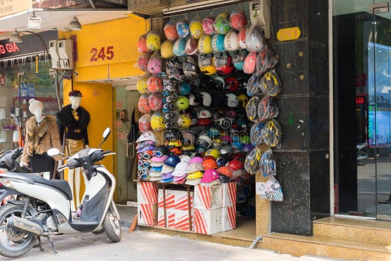 Hanoi Vietnam - Februari 8, 2015: Den främre sikten av hjälmen shoppar på den Pho tongatan arkivbild