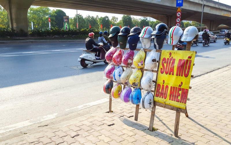 Hanoi Vietnam - 19 Februari, 2017: Gatasäljare, i att sälja säkerhet royaltyfri foto