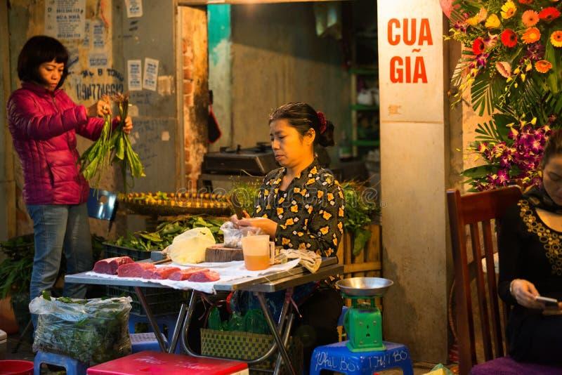 HANOI VIETNAM - FEBRUARI 2, 2015: Traditionell asiatisk marknadsförsäljning arkivbild