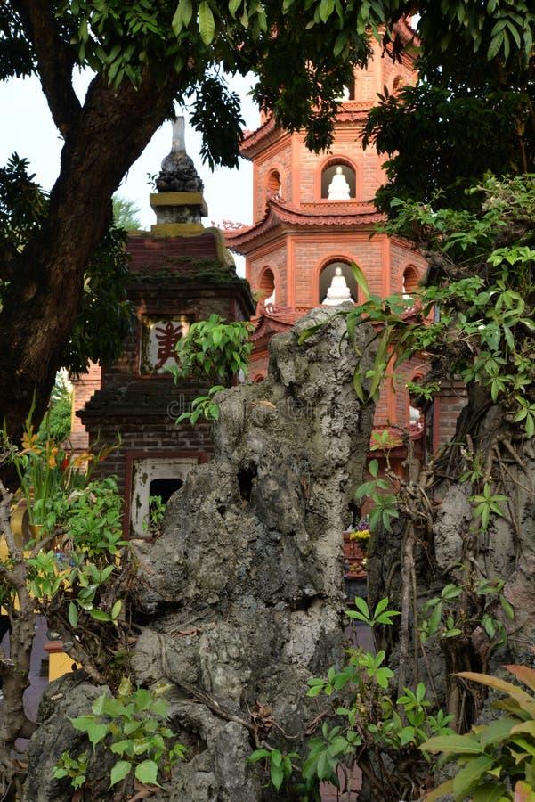 Hanoi, Vietnam Giardini e pagoda del tempio di Chua Tran Quoc immagini stock