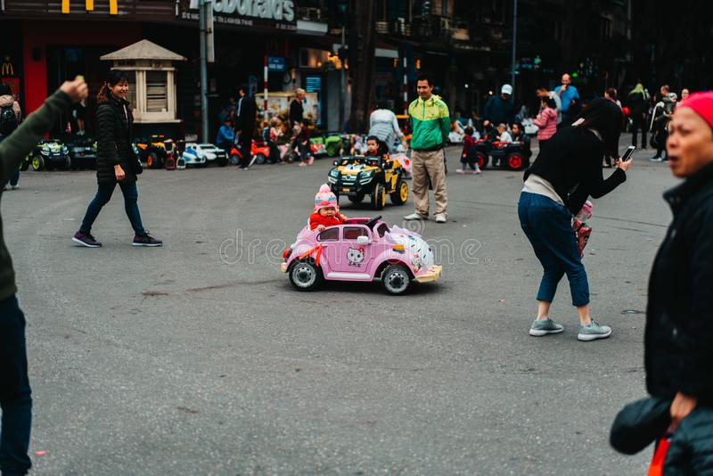 Hanoi, Vietnam, 12 20 18: Het leven in de straat in Hanoi Één van de hoofdweggen is in het weekend gesloten onderaan stock afbeeldingen