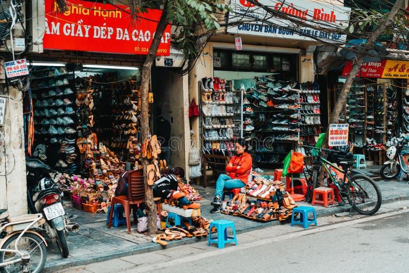 Hanoi, Vietnam, 12 20 18: Het leven in de straat in Hanoi De verkopers proberen om hun goederen in de bezige straten van Hanoi te stock afbeelding