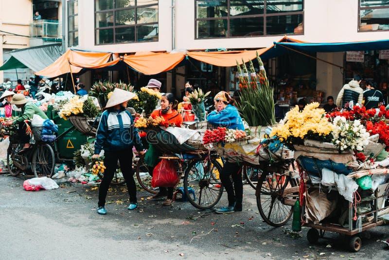 Hanoi, Vietnam, 12 20 18: Het leven in de straat in Hanoi De verkopers proberen om hun goederen in de bezige straten van Hanoi te royalty-vrije stock afbeeldingen