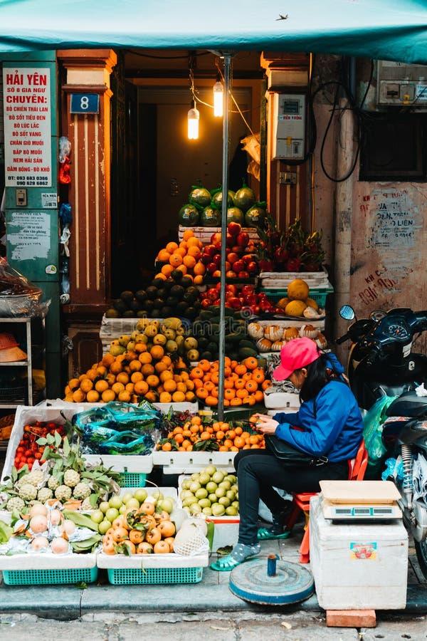 Hanoi, Vietnam, 12 20 18: Het leven in de straat in Hanoi De verkopers proberen om hun goederen in de bezige straten van Hanoi te royalty-vrije stock foto