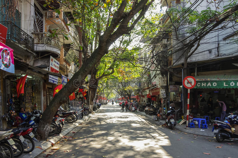 HANOI Vietnam - Januari 1 2015: I stadens centrum gataliv vietnam royaltyfria foton