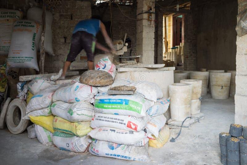 Hanoi Vietnam - Januari 2, 2016: Inom ett seminarium för krukmakerileraproduktion i slagträTrang den forntida keramiska byn Produ royaltyfri foto