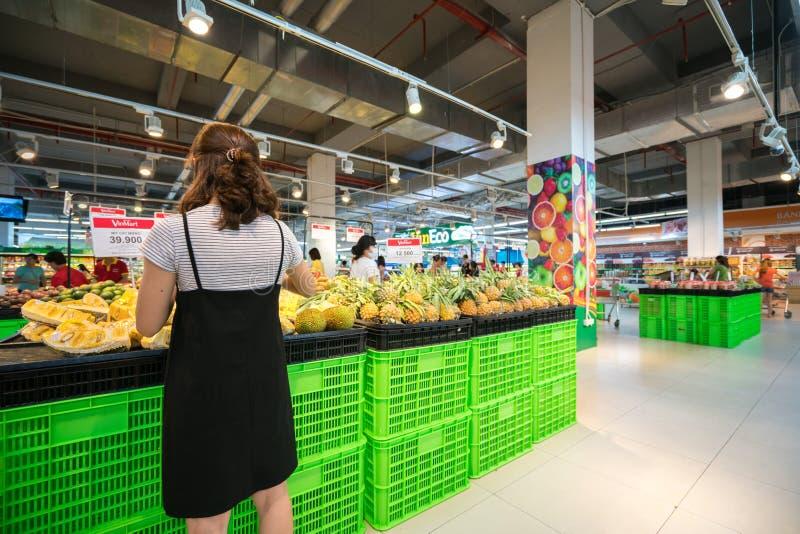 Hanoi Vietnam - Juli 10, 2017: Asiatisk kvinna som köper ny frukt på supermarket i den Vinmart supermarket, Minh Khai gata arkivbild